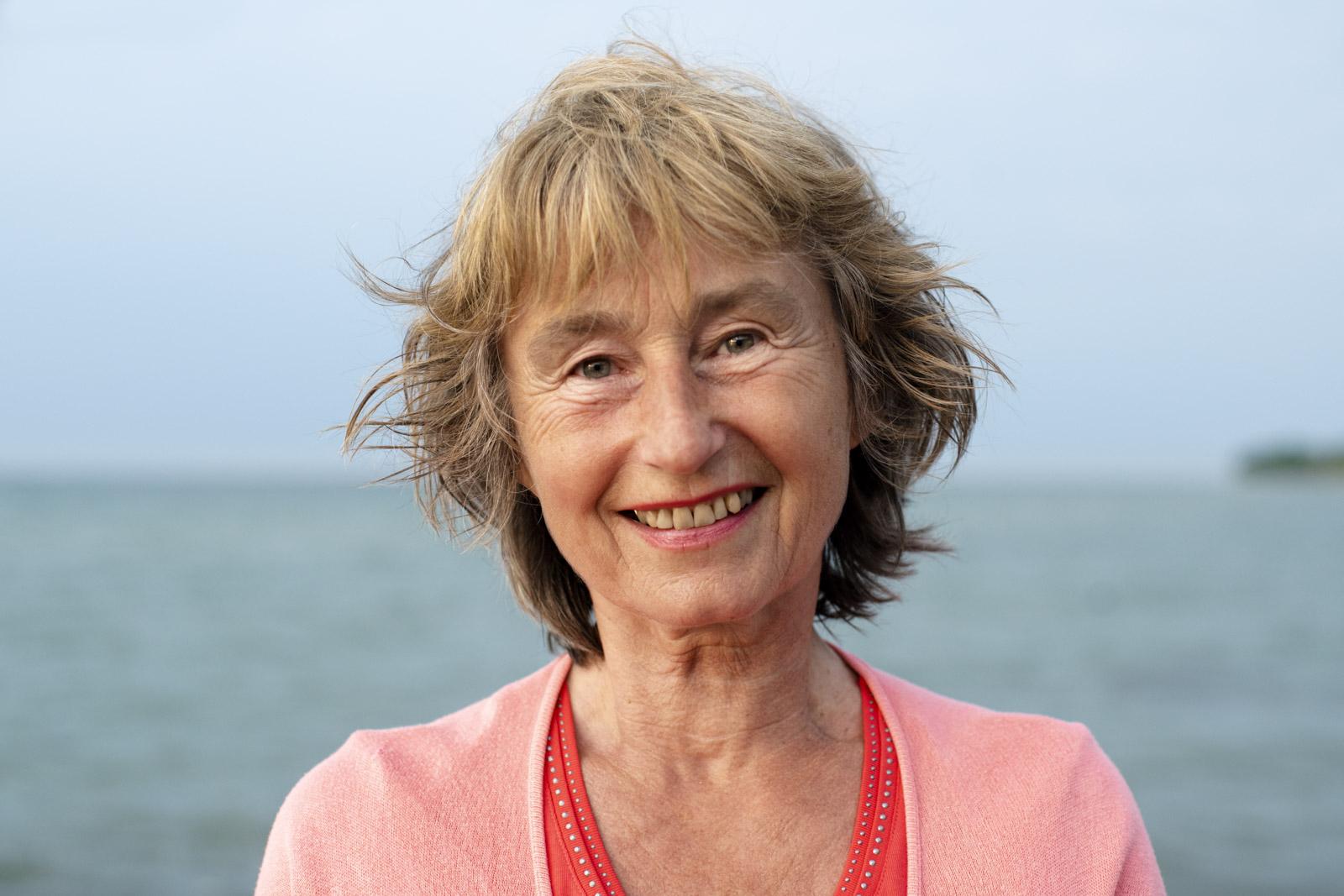 Authentisches Portrait einer Frau am Strand