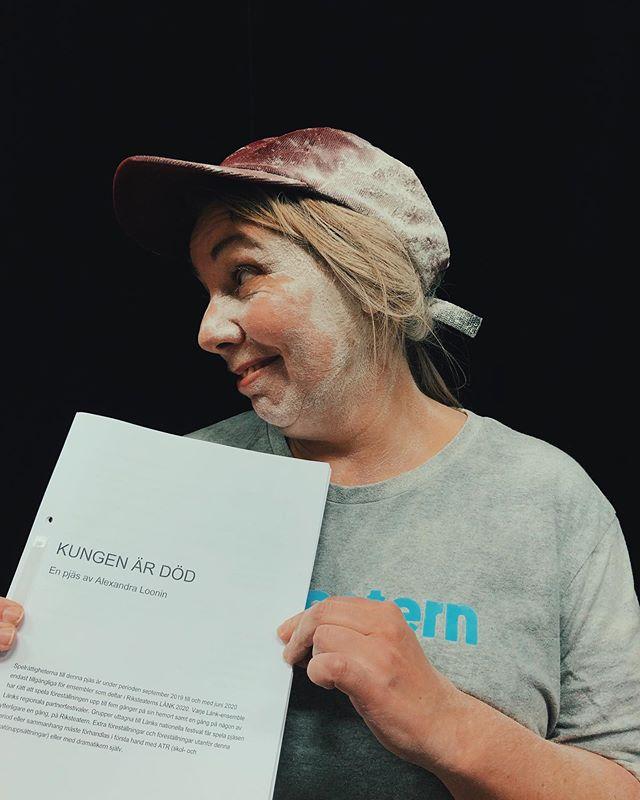 """Idag har vi lekt med mjöl på Riksteatern. 15 ensembler sätter upp min pjäs """"Kungen är död"""" nästa år. Från Luleå till Helsingfors och Sandviken. Ödmjuk och tacksam inför det faktum att ungdomar visst gillar fars lika mycket som jag - och glad att mamma äntligen ska få se den pjäs hon tjatat på mig att skriva sen julen 2011. #Länk2020"""