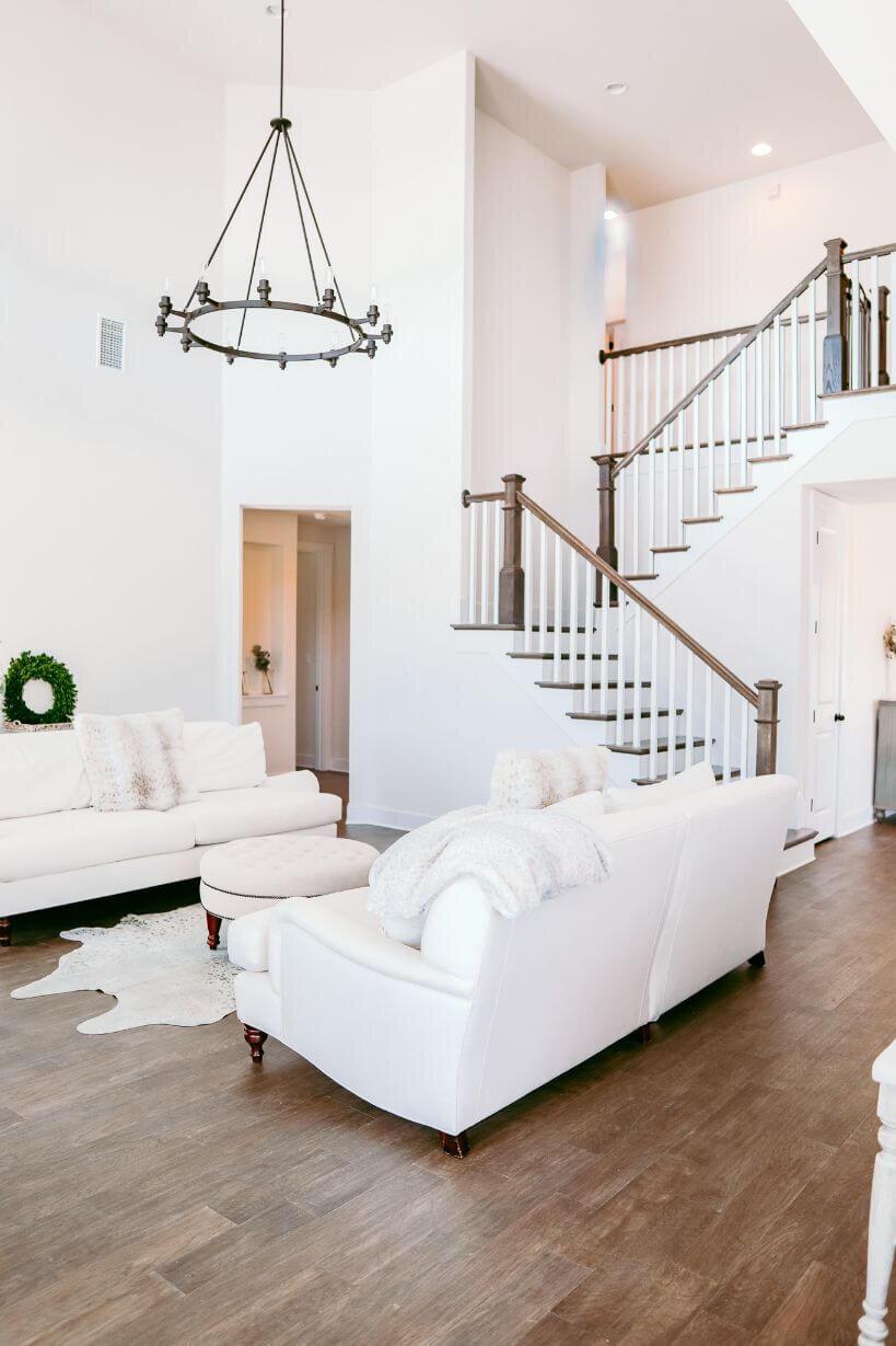 与Holly Christian Hayes 50-Living Room.jpg一起进行新建现代农舍之旅