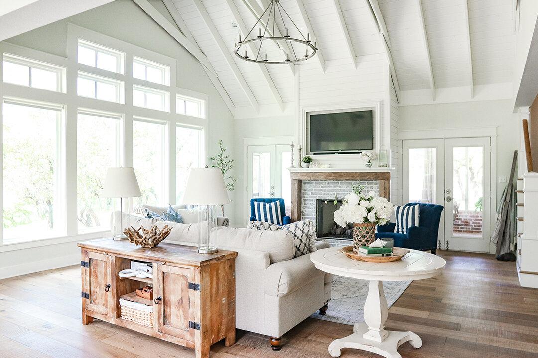 现代农舍客厅-万博赞助意大利甲级联赛白色梁Shiplap天花板.jpg
