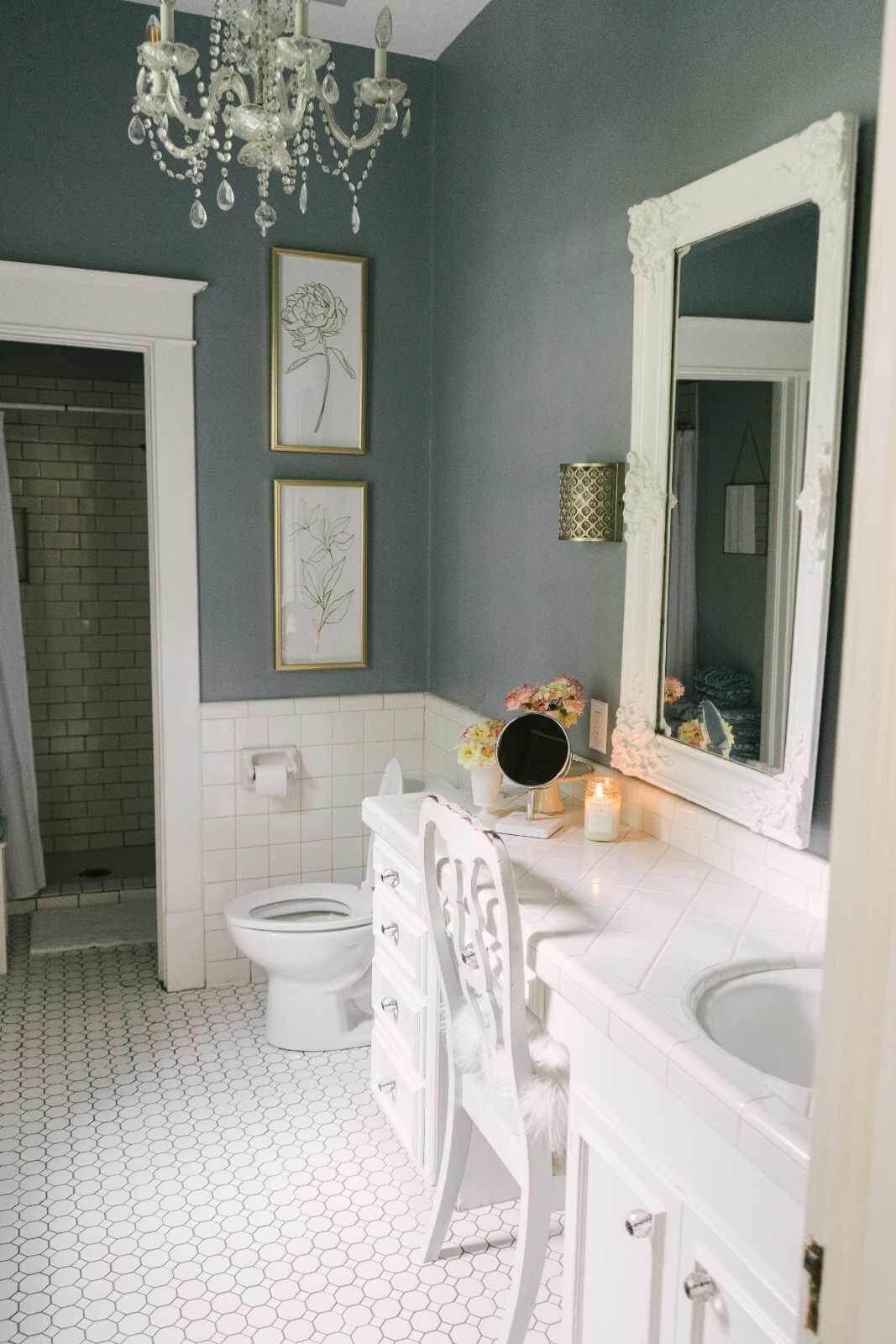 Thistlewood Farms Home Tour-有110年历史、风格优雅的农舍-浅蓝色浴室1.jpg