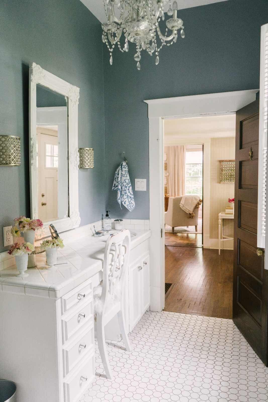 蓟木农场家庭之旅- 110年的农舍与优雅的风格-浅蓝色浴室