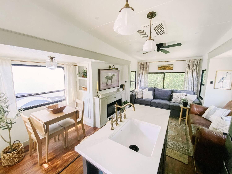 具有农舍风格的翻新房车-Tabitha Paige Fox Hollow Farmhouse Living 5.jpg万博赞助意大利甲级联赛