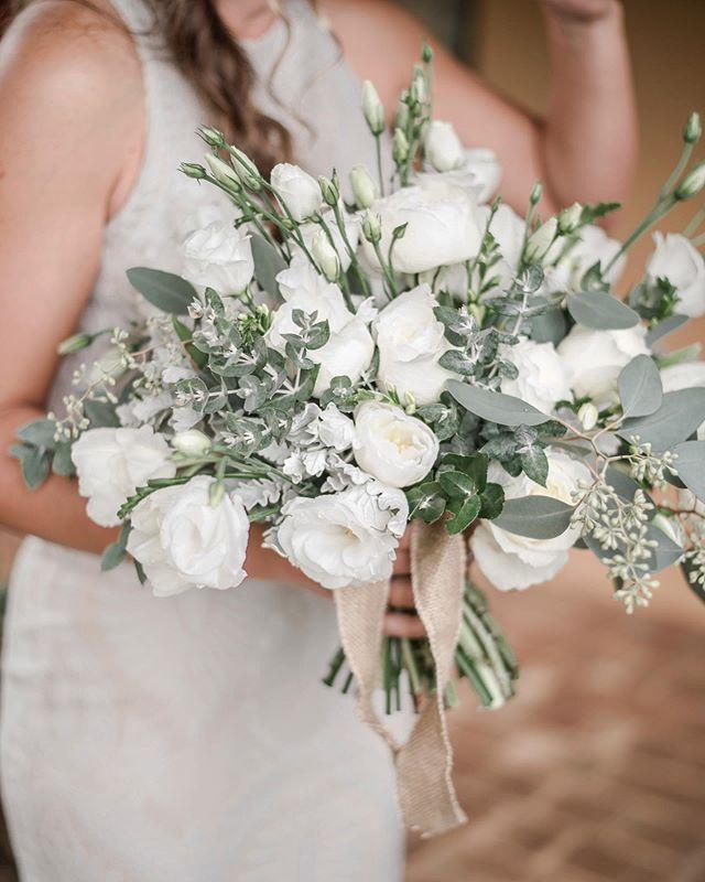 Katrina's bouquet with lisianthus, roses and eucalyptus by @mayflowerfloraldesign 📸 @mayflowerweddingphotography | #bridalbouquet #margaretriverflorist #perthflorist