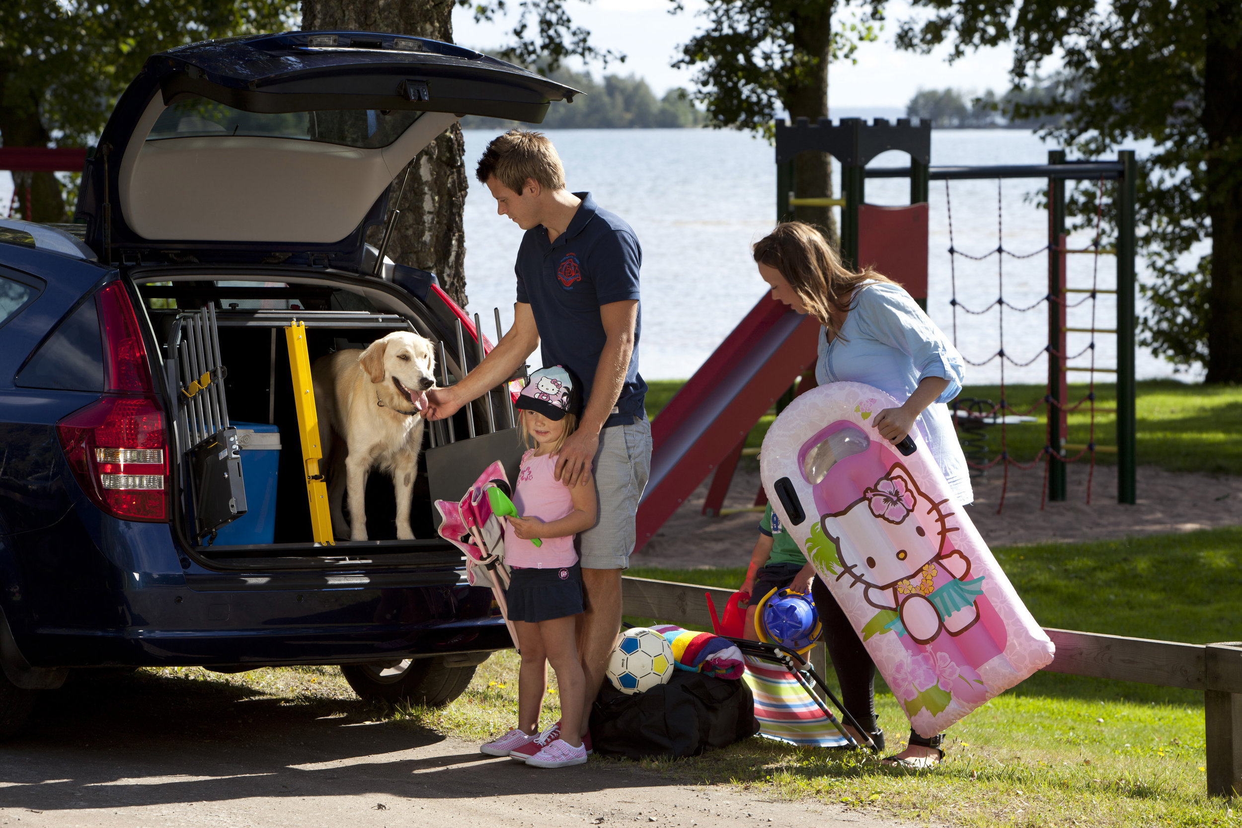 Family_summer_playingground_dog_luggage_00364_20X30cm_print.jpg