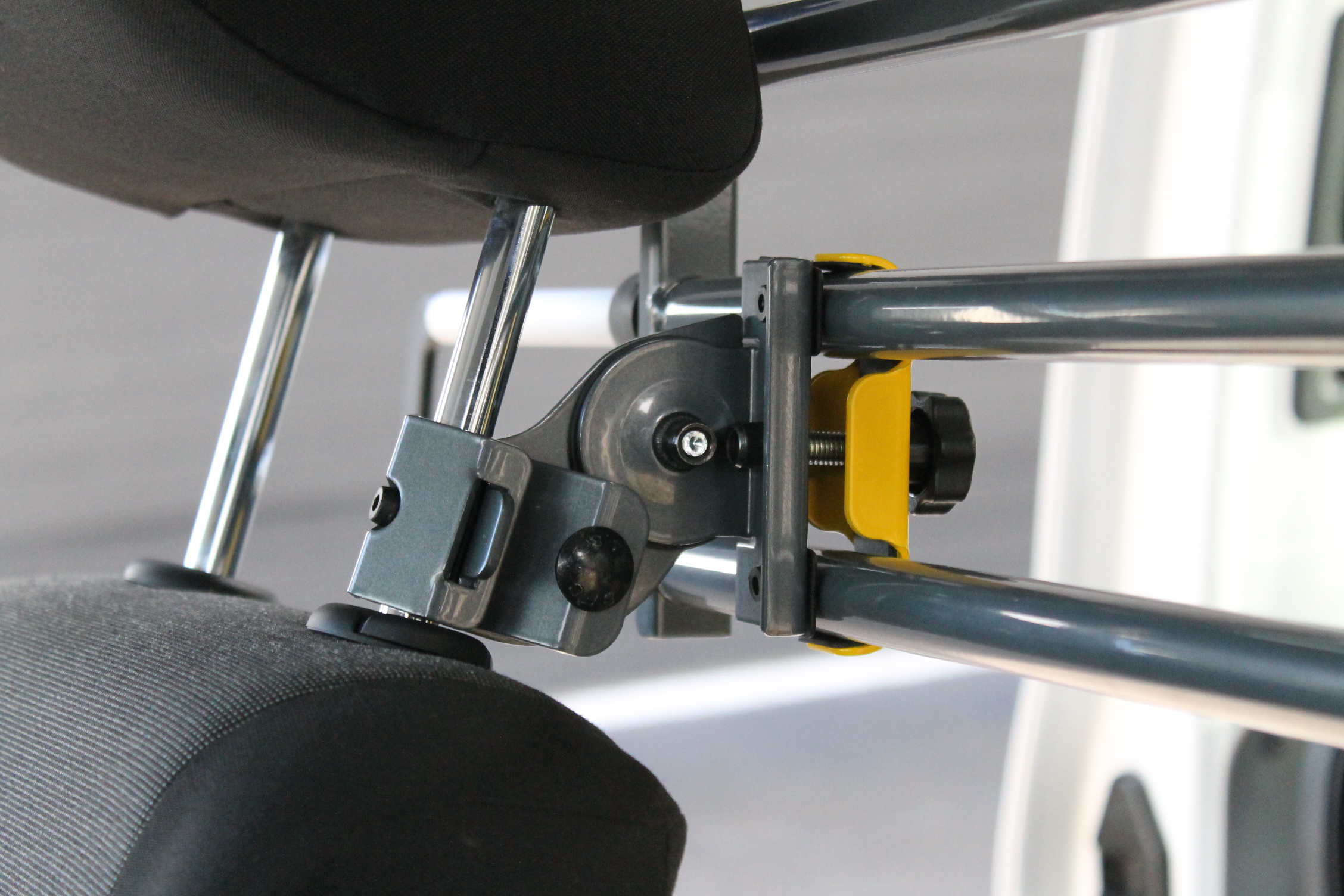 The Variobarrier HR fitted to the headrest pole