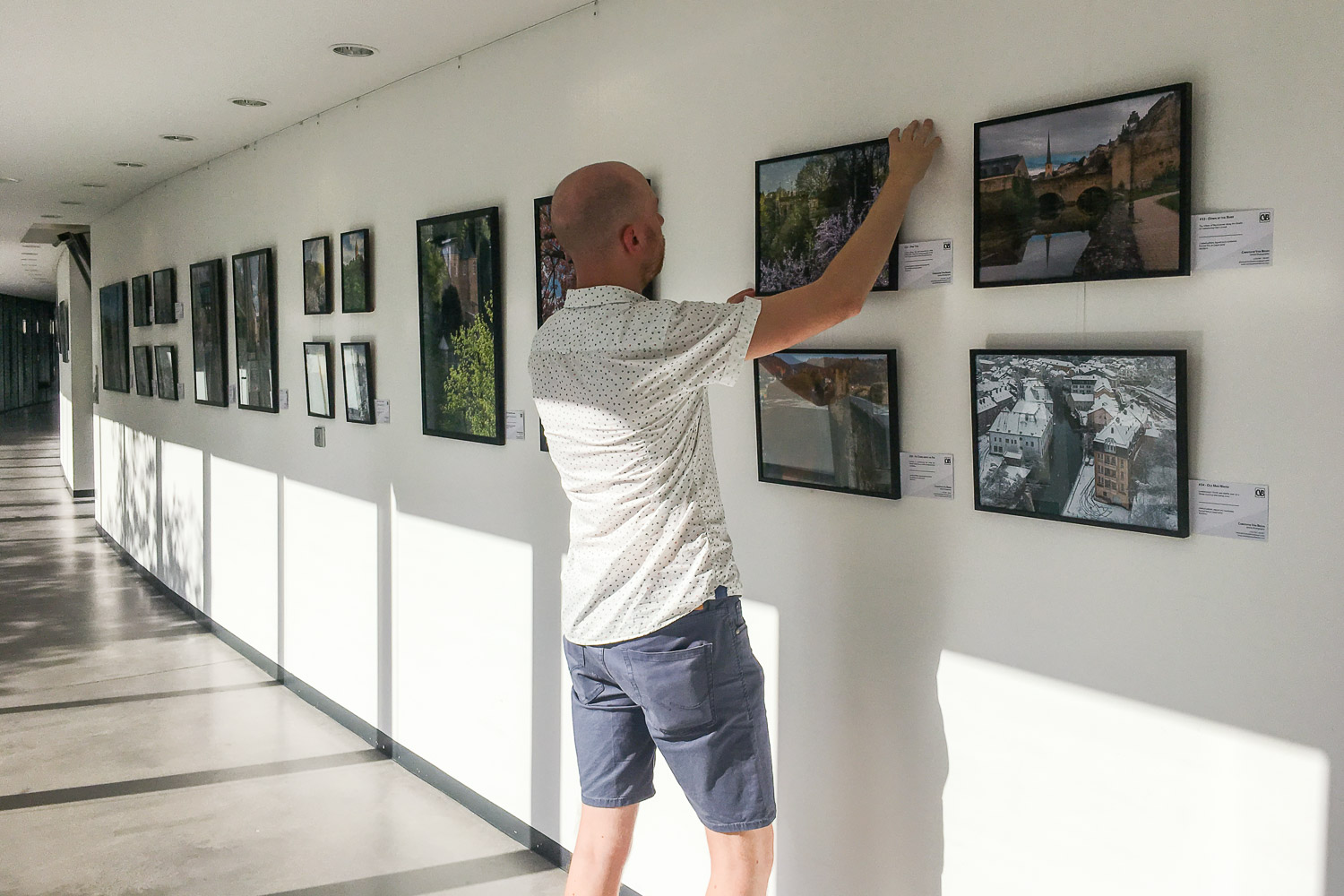 Setting up the exhibition at the European Court of Auditors - Photography exhibition by Christophe Van Biesen at the ECA in Luxembourg City