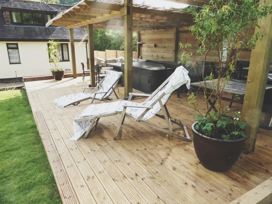 a peaceful sanctuary. - Set into the beautiful Surrey Hills Orchard Paddocks is the perfect countryside retreat for family and friends gatherings or corporate stays.