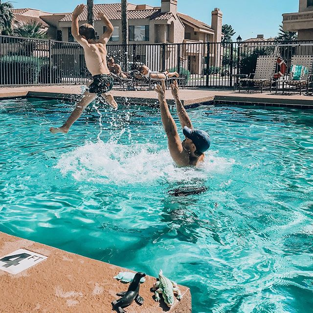 Throw your hands up for the weekend! We hope you all have having some fun in the sun! 💦☀️💙 . . #weekend #swimminglesson #kidslovetoswim