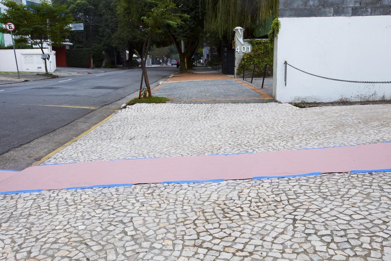 Intervenção Urbana com papel kraft e fita  Rua Gabriel Monteiro da Silva, número desconhecido, São Paulo. 15/06/2014 – 9:00hrs