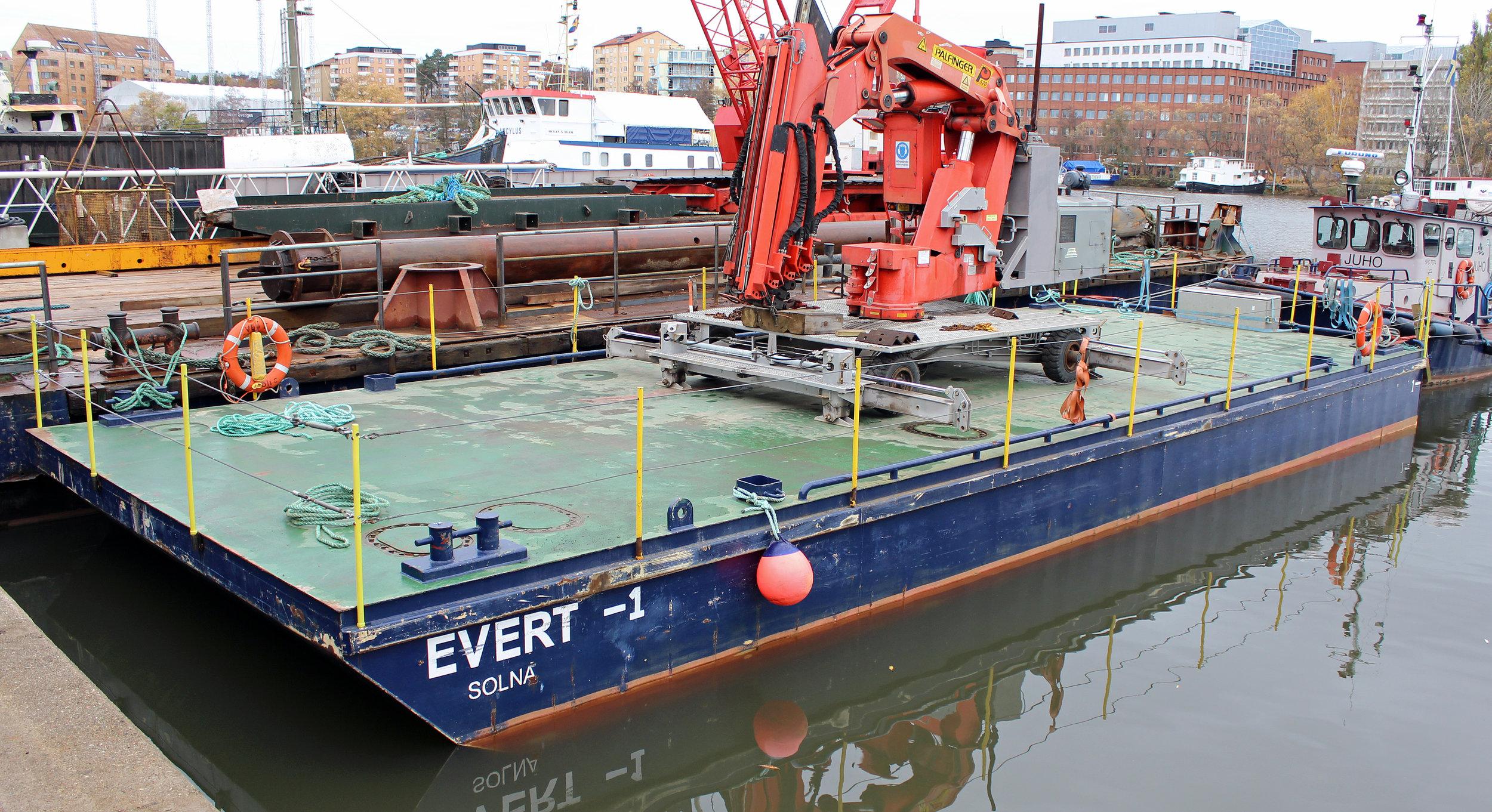 EVERT - Typ: pontonSignalbokstäver: SLZRLOA: 16,6 mBredd: 6,1 mDjup: 1,4 mLastkapacitet: 60 tonDäckarea: 100 m2GT: 32 ton