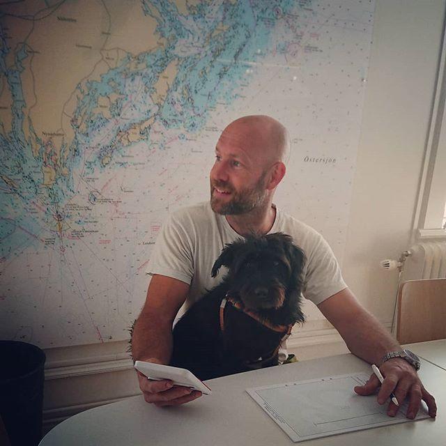 Daniel planerar för utläggning av y-bommar. Med sekreteraren i knät går det utmärkt!  Pampas Marinentreprenad önskar alla en trevlig helg! 🌞  #marinentreprenad #y-bommar #sjöarbete