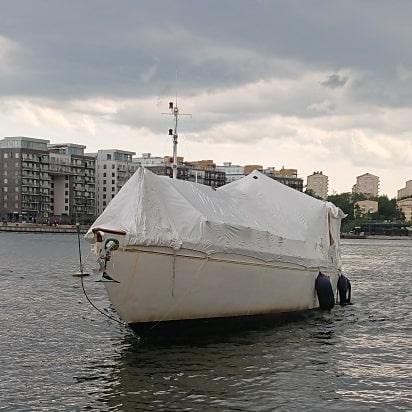 Igår bogserade vi en 99-åring till Pampas för lite översyn och kärlek. Det regnade tio minuter på hela dagen, och det var precis när vi anlände marinan som himlen öppnade sig. #bogserbåt #talisman #marinentreprenad
