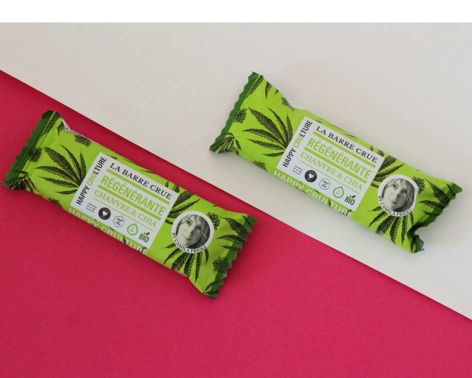 Hemp & Chia seeds Raw Bar Happy Crulture - By being raw, this bar preserves the enzymes, vitamins and antioxidants of its ingredients better. The crunchy chia seeds and the hazelnut flavoured hemp bring some Omega 3 and quality vegetable proteins. There is no added sugars and it's the perfect treat after a run or the gym.
