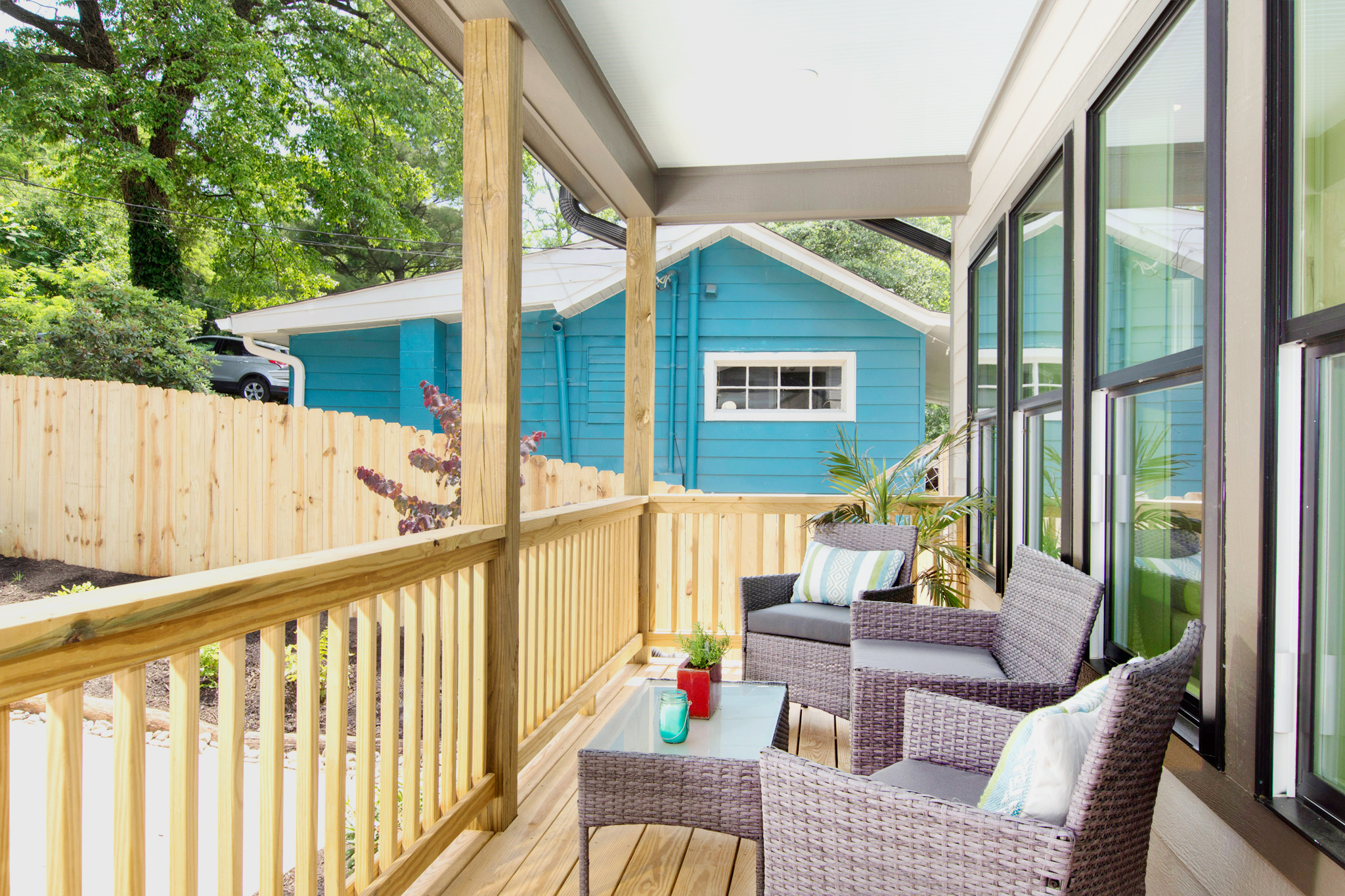 02_Large_covered_front_porch[1].jpg