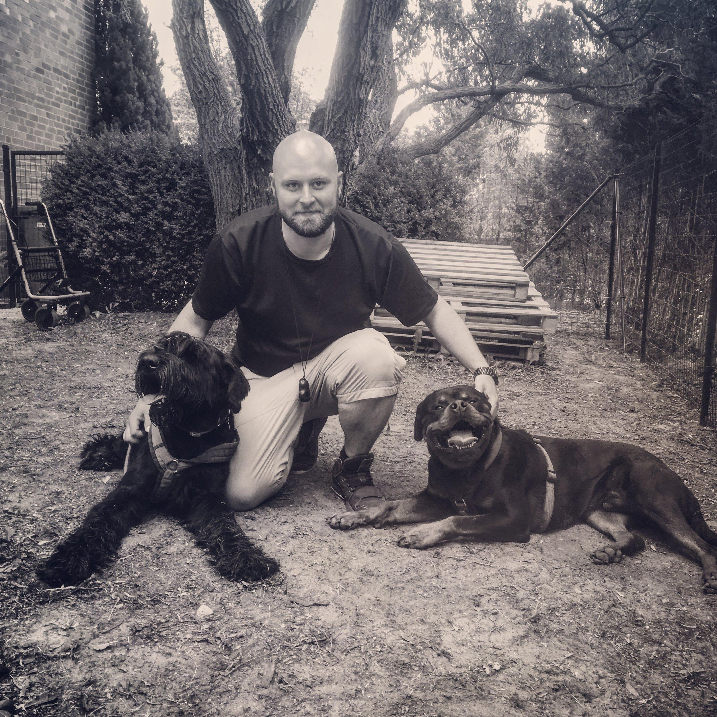 """Peter Karge - Meine ganze Kindheit über, wollte ich schon immer Hunde haben. Als ich aus meinem Elternhaus auszog und einen Job in einer Zoofachhandlung annahm, wurde ich wieder mit meinem unerfüllten Kindheitstraum konfrontiert. Von nun an konnte ich selber Verantwortung für ein eigenes Haustier übernehmen und so kam ein Hund in den Haushalt. Seitdem fasziniert mich das Thema Hund. Ich begann eine Ausbildung zum Hundetrainer bei Dogmenti in Berlin. Inzwischen verfüge ich über einen Sachkundenachweis, diverse Zertifikate und konnte mir durch kontinuierliche Weiterbildung ein breit gefächertes Fachwissen aneignen. Zudem hatte ich das Privileg, Co-Trainer von zwei begnadeten Hundetrainerinnen, Christin Appel (IHK, BHV) und Rike Kranefeld (IHK) in der Hundeschule """"Hundartig"""" sein zu dürfen. Nachdem die Besitzerin (Christin Appel) die Entscheidung getroffen hat, sich mehr auf Therapiehundearbeit und Einzelcoachings zu spezialisieren, ergriff ich die Chance und übernahm das ehemalige Gelände ihrer Hundeschule. Seitdem biete ich auch eigene Gruppenkurse an. Neben meinem Fachwissen zu Hunden, habe ich ebenfalls ein gutes Gespür für Menschen und deren Körpersprache. Diese Kombination erlaubt es mir, meine Trainingsziele zu optimieren und eine reibungslose, für den Hund verständlichere Kommunikation zwischen ihm und seinem Halter zu schaffen."""