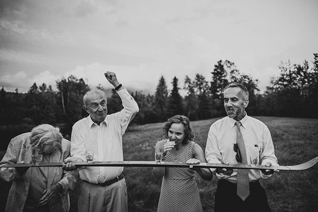 Have you ever tried to drink from a ski at the wedding? It was super fun to capture so many good emotions🤩  #gabrielestonytephotography #fearlesphotographers #mountlafayette #weddingday #weddingparty #bestdcphotographer #theknot #weddingwire #dcphotographer #virginiaphotographer #emotions #documentaryphotos