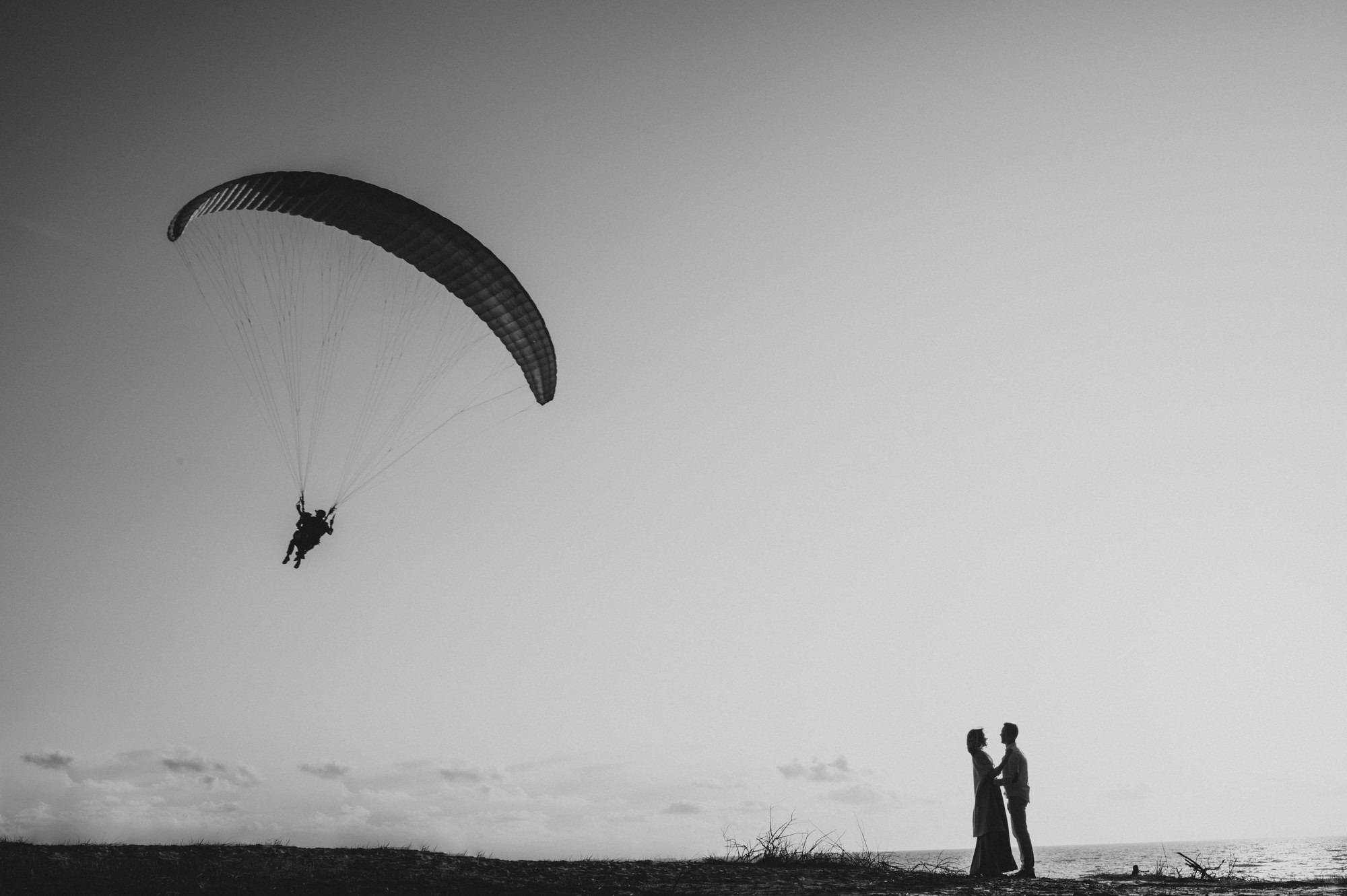 beach-paragliding-engagement-pictures-by-Gabriele-Stonyte-Photography