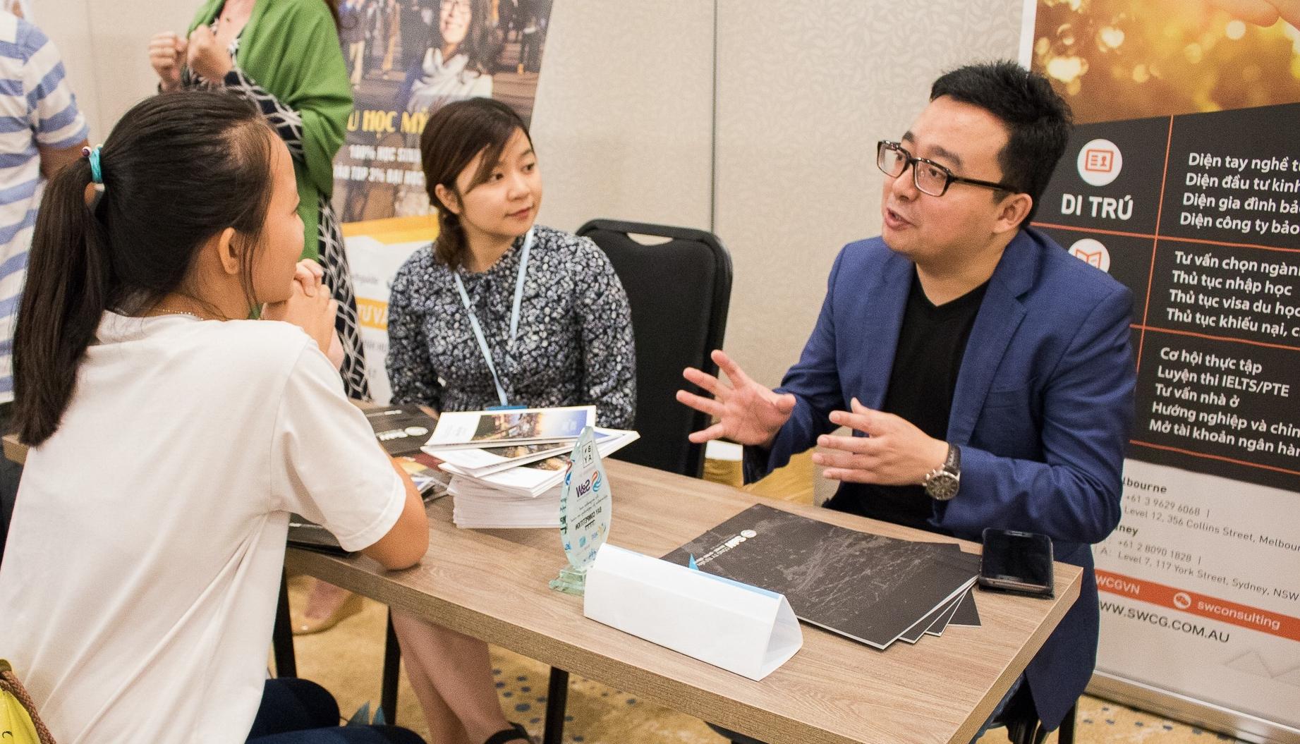 Đại diện SW Consulting Group đang tư vấn cho sinh viên