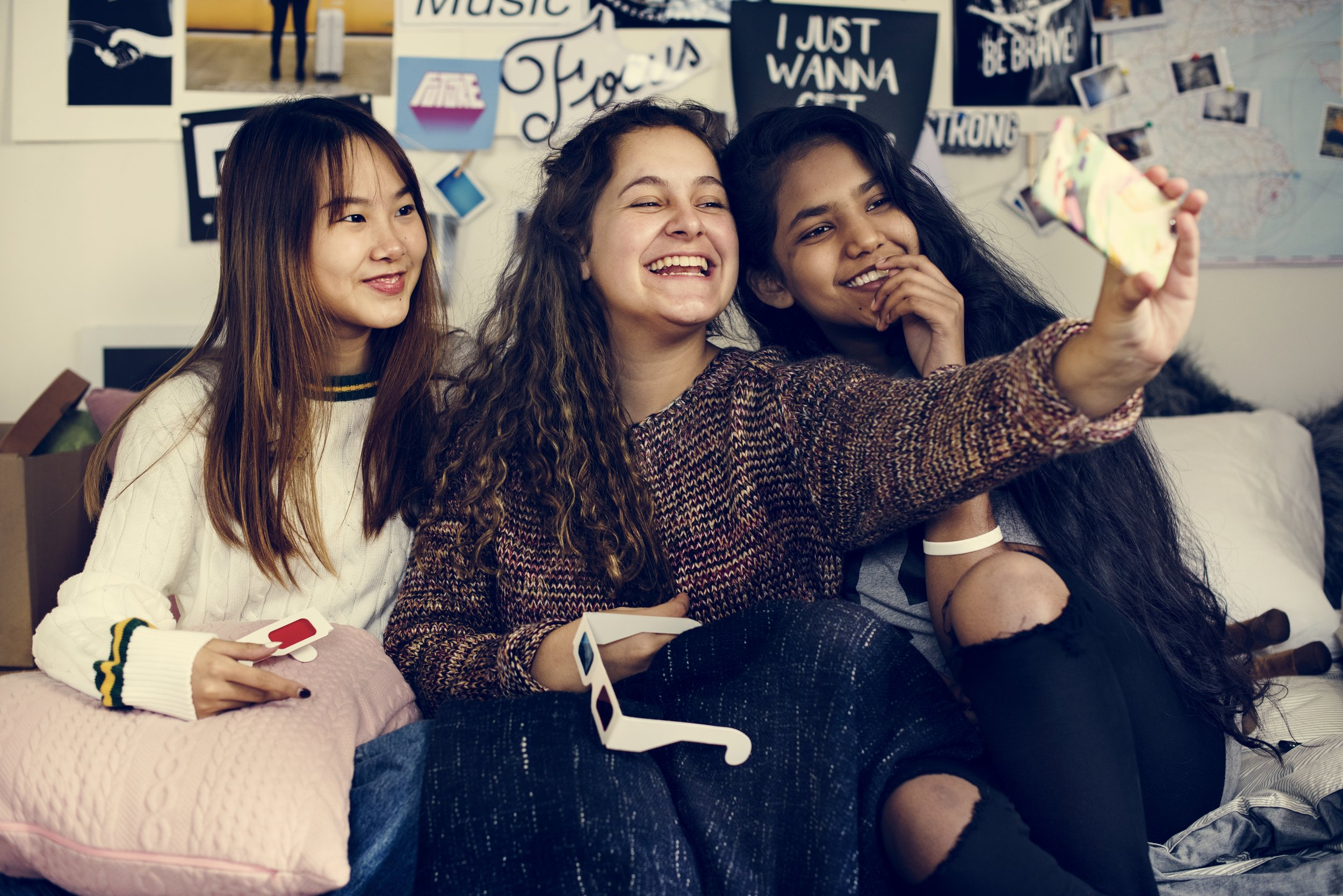 teenage-girls-using-a-smartphone-to-take-a-selfie-3PMFYRH.jpg