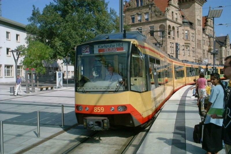 Karlsruhe model: street running of Stadtbahn in Heilbronn / Wikimedia Commons CC BY-SA