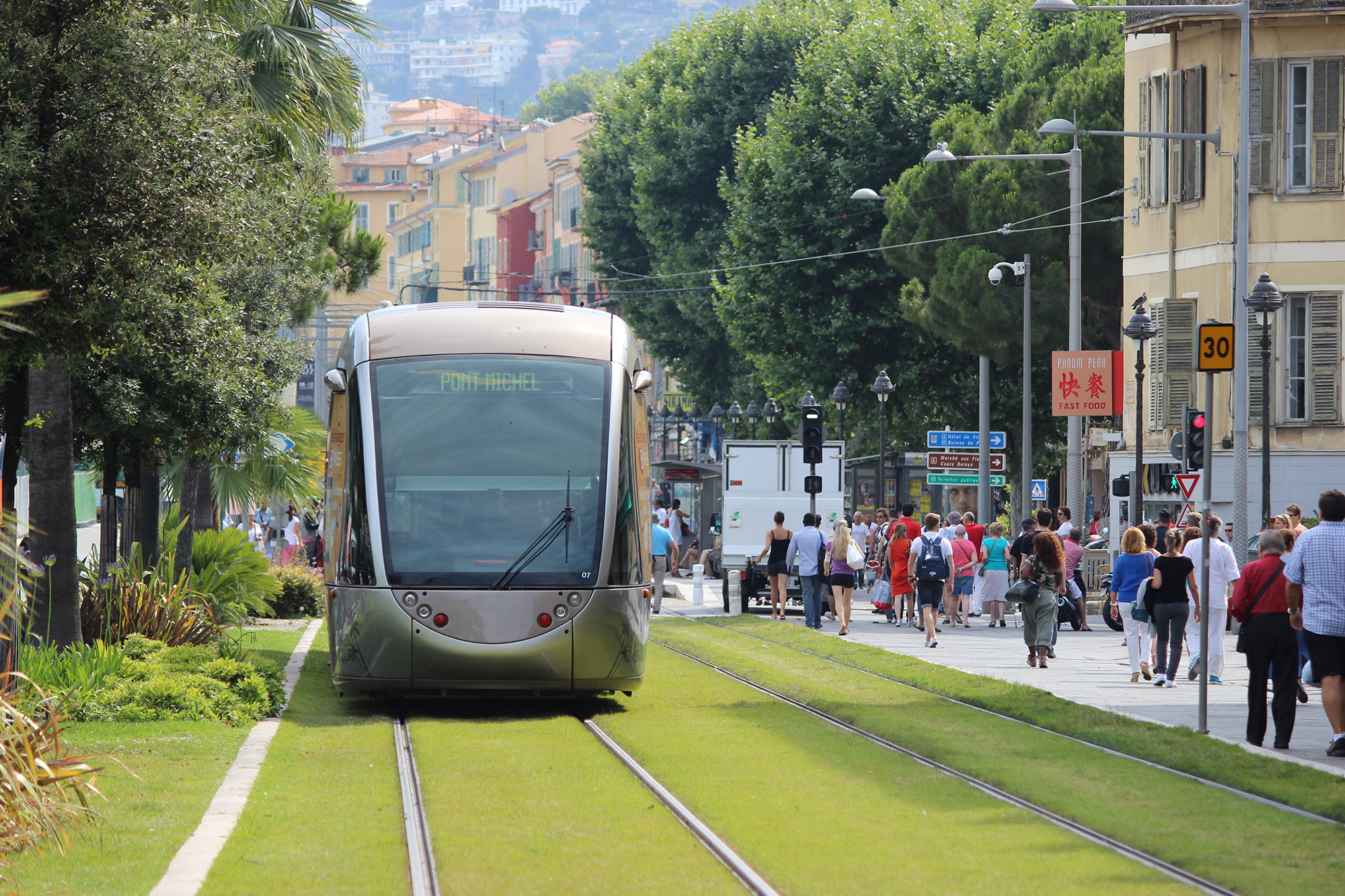 More grass with light rail or more asphalt with trackless trams? © Romti / Adobe Stock