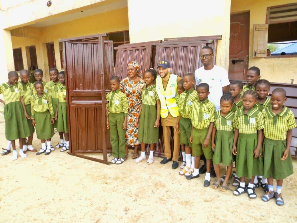 MD of Cantagali Limited, Basheer Tosin Ashafa, posing with the founder of FoodClique Support Initiative, Bolajoko Fadipe and the Deputy Headteacher and students of St. John's RCM School, Aiyeteju, Ibeju-Lekki.