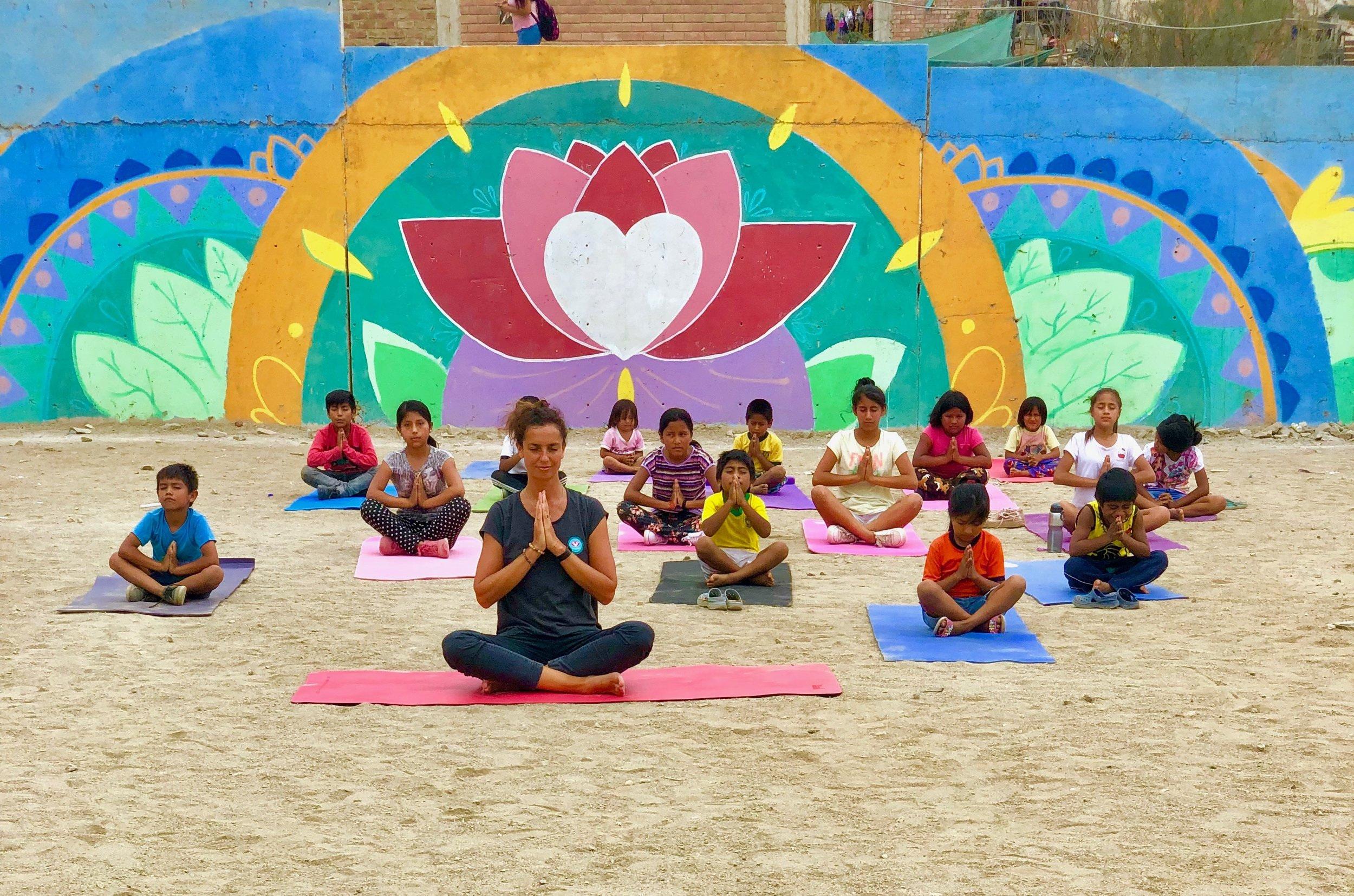 LEONIE'S DROOM . Drie jaar geleden, bedacht de van oorsprong Nederlands lerares een plan waarmee ze kan bijdragen aan de creatie van een betere wereld. Vandaag de dag brengt ze dit tot uitvoering in de sloppenwijken van Lima, Peru.