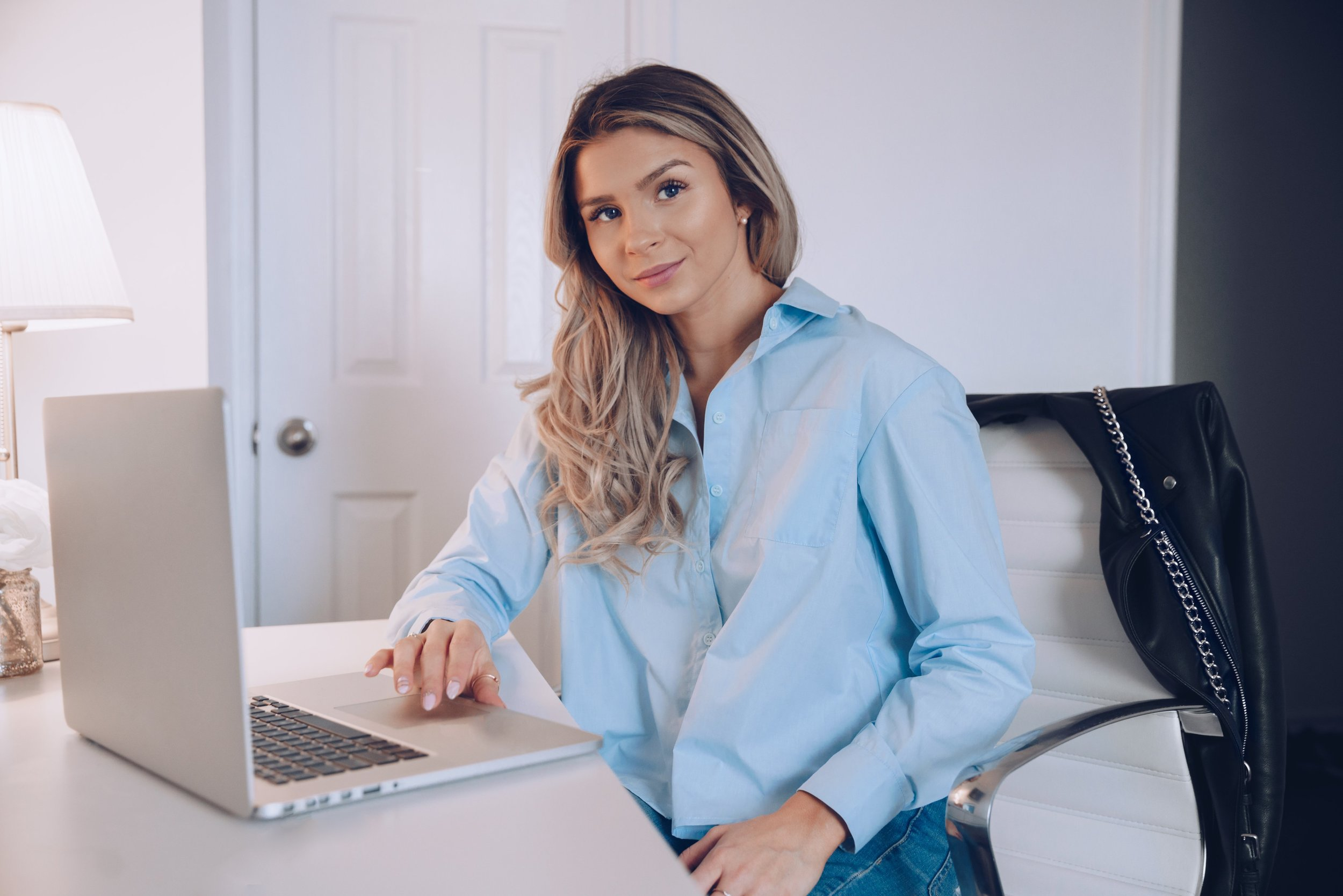 business-woman-with-laptop_4460x4460.jpg