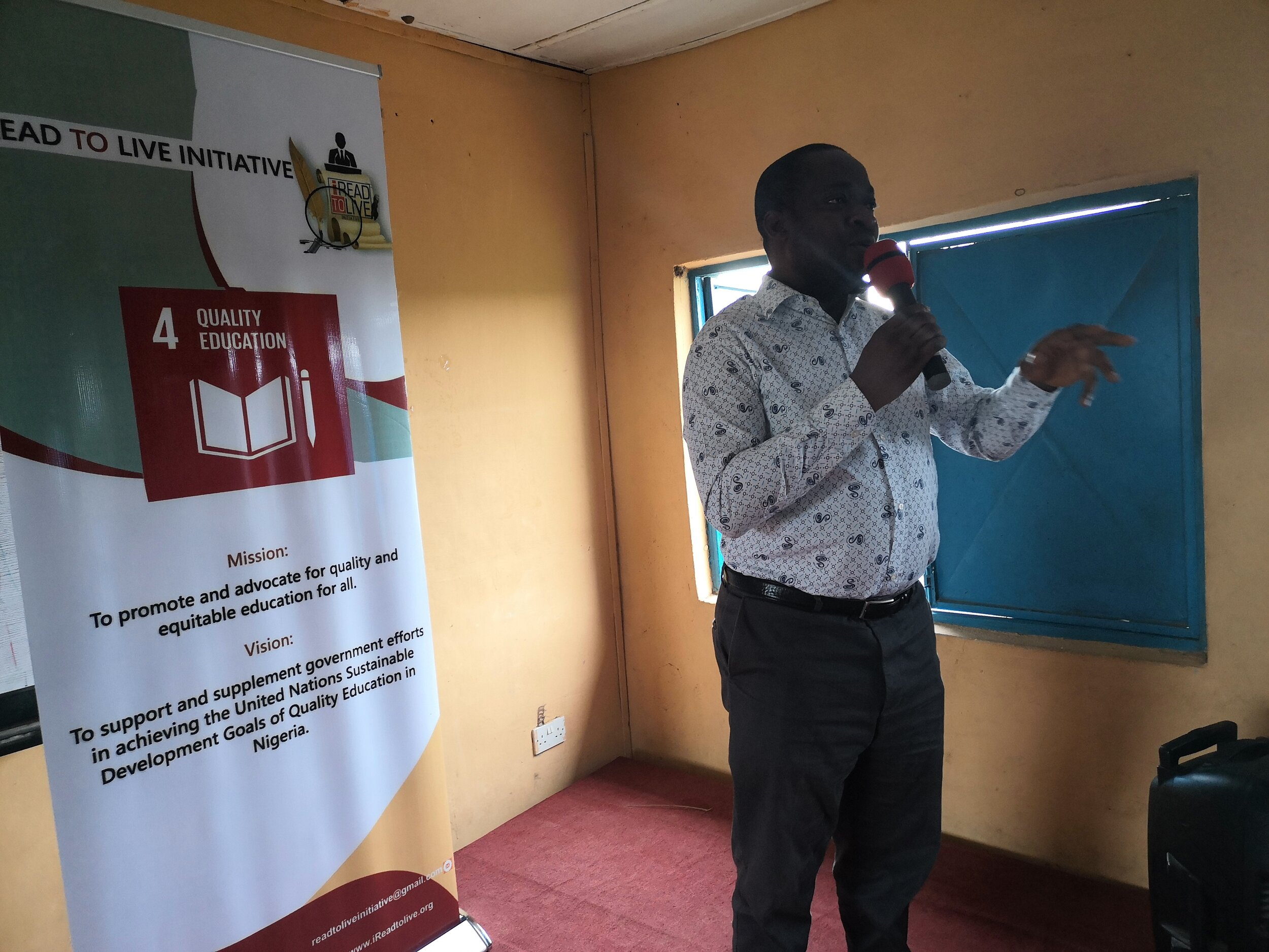 The Principal- Adeniran Oluwadara addressing his students on the importance of the SDGs , and the need for the students to pay attention to the introduction class by volunteers of iRead Initiative.