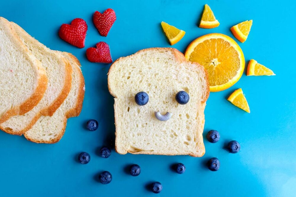 toddler lunch ideas, white bread and fruit in a fun arrangement