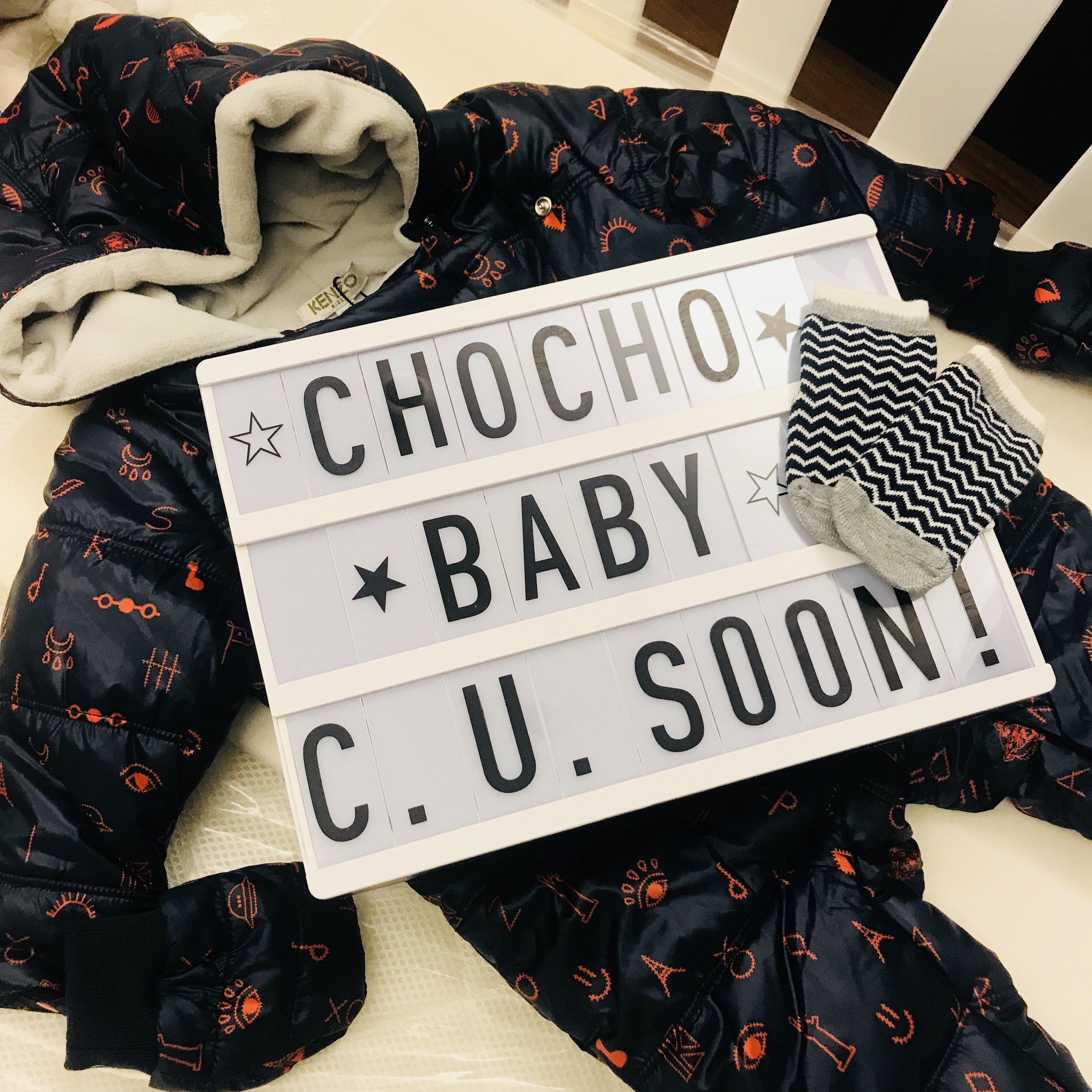 看著組裝好的嬰兒床放著朋友送的小人外套,很難想像一個月後就要真的放嬰兒進去睡了