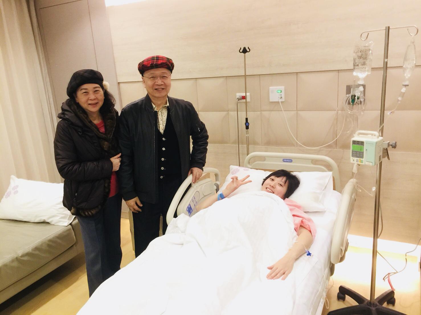 喜洋洋的紅帽紅衣福星爸媽