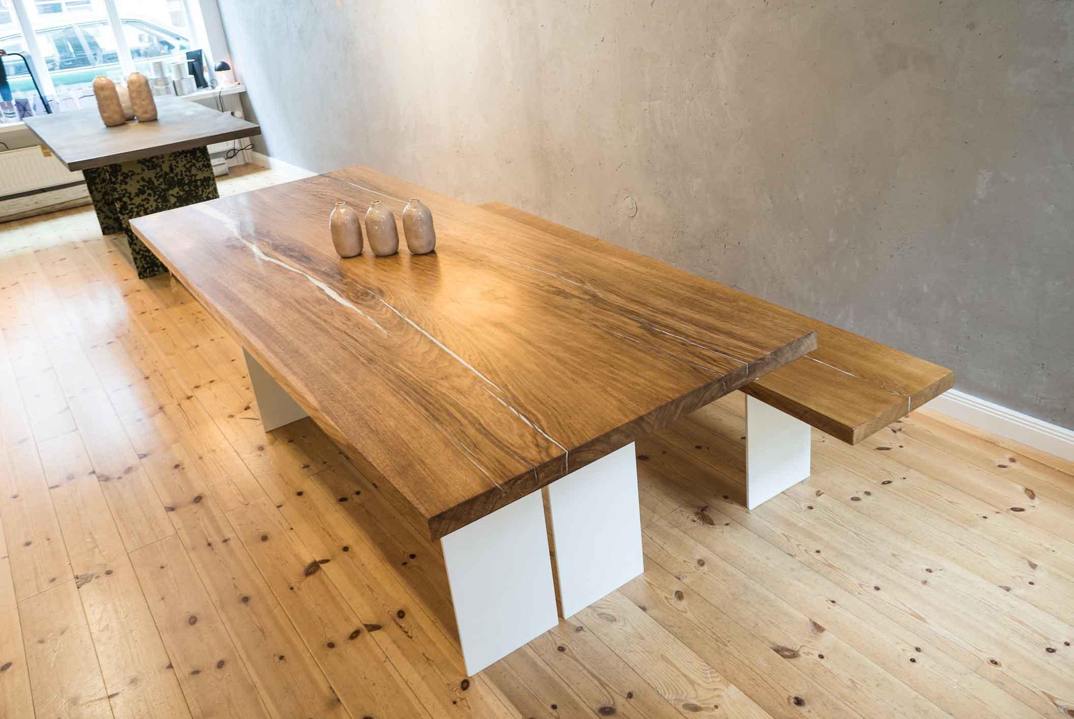Tische & Sitzbank: Konstantin Manufaktur (Unikate) Vasen:
