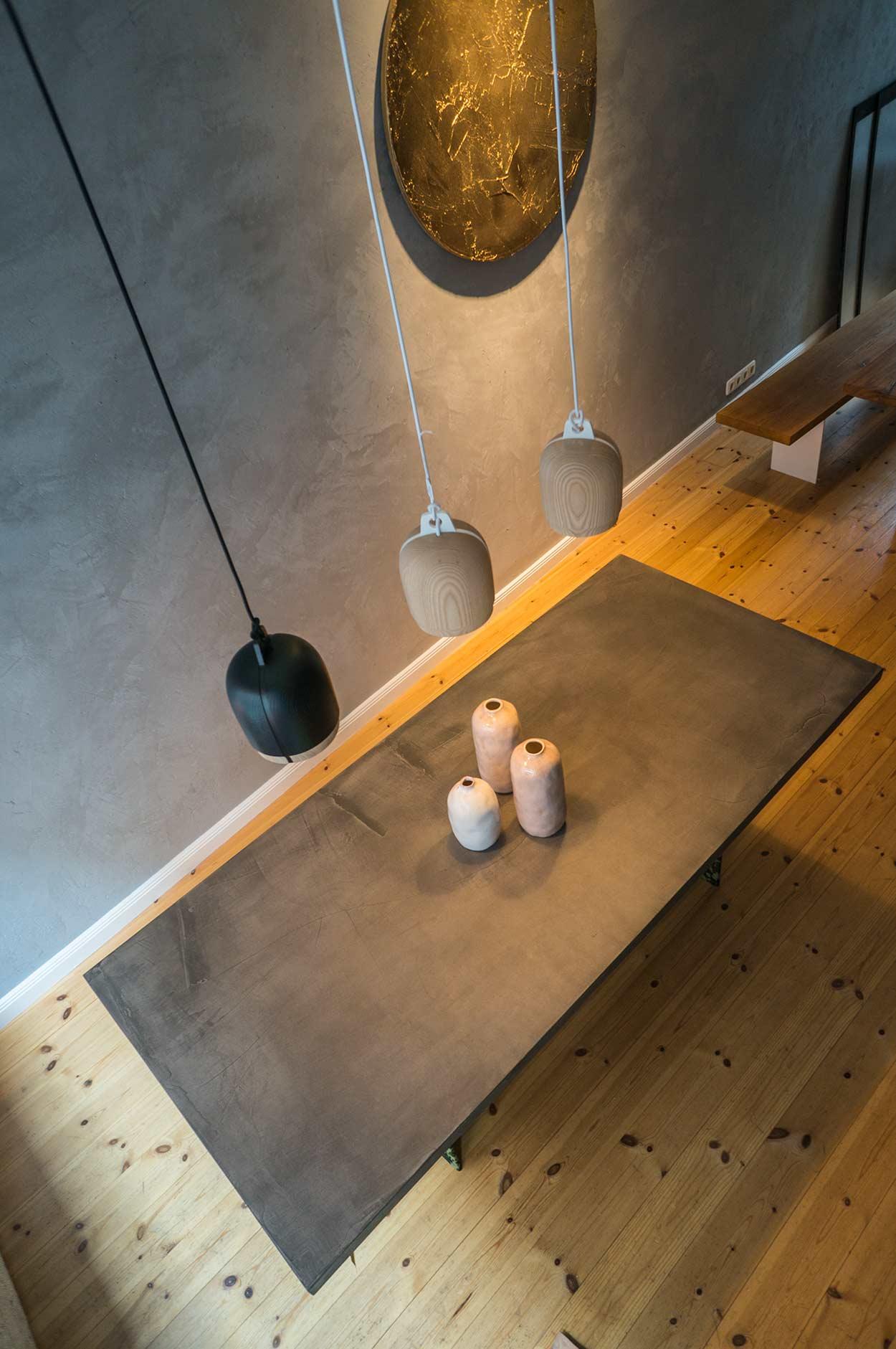Tisch: Konstantin Manufaktur Vasen: Pendelleuchten: Objekt: FRNCL.com