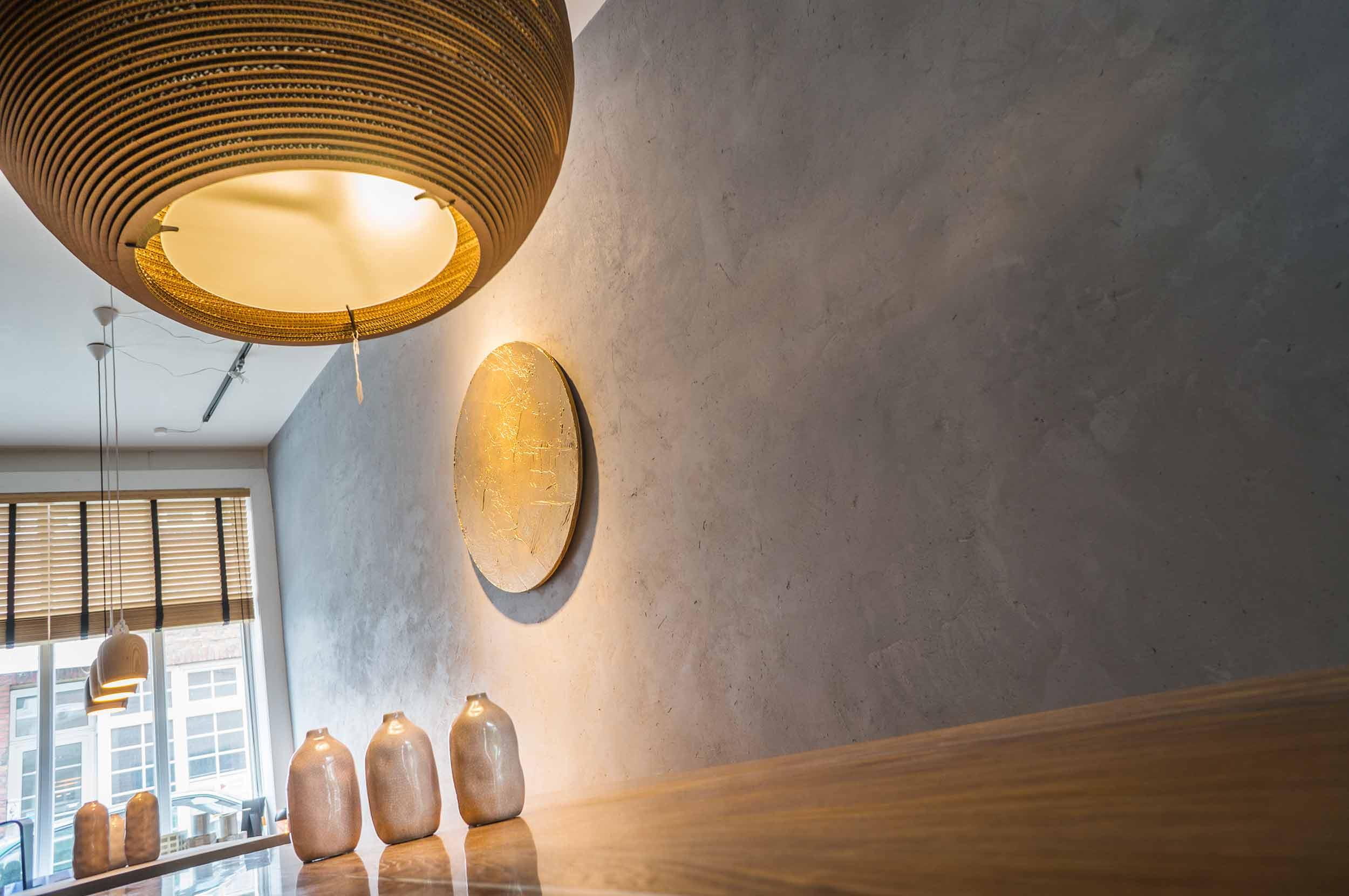 Lampen:  Vasen:  Tisch: Konstantin Manufaktur Kunstwerk / Objekt: FRNCL aka Nico Francioli;  Round One / Fight;  concrete, acrylics, spraypaint on wooden panel; 100cm Durchmesser Wandgestaltung: PAPA Design Rollo: