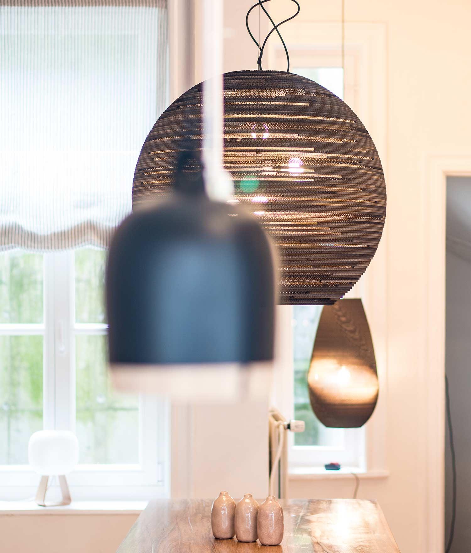 Leuchten (von links nach rechts): Vasen: Tisch: Konstantin Manufaktur