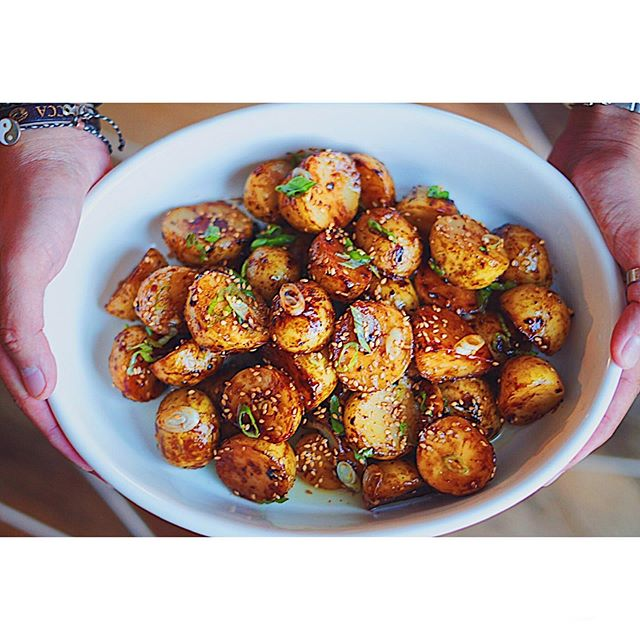 This week's recipe is for my vegan and vegetarian friends! 🌱 This miso honey butter roast potatoes is made with vegan butter and packed with umami from the miso. Sub honey with agave if you don't do honey! 🍯 Recipe up on my blog, site link in my bio. ✨🥔✨ . . . . . . . . . . . . . . . . . . . . . #potatoes #roastedpotatoes #instagood #dinner #foodphotography #garlic #miso #honeybutter #butter #vegan #vegetarian #veganrecipes #vegetables #foodies #dinner #subtleasianeats #subtleasiancooking #tastyfood #saveurmag #f52grams #munchies