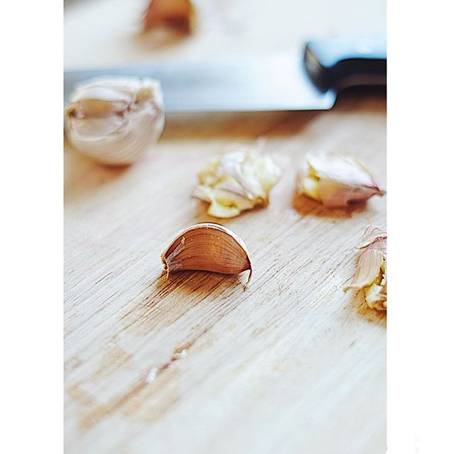 I've decided to make Tuesday's about sharing mini tips and basic tutorials that have helped me out a lot in the kitchen! Plus- Tuesday and Tip have a nice ring to it! 😆 Today's tip is how to crush garlic quickly and efficiently! 😀 . . . First lay a garlic clove in its flat side. Then lay your kitchen knife flat on top of garlic clove. Using a fist and grabbing the handle of your knife firmly give the top of the knife (blade facing away from you) a quick pound. This is a great way to begin mincing #garlic! 🙌🏼 . . . . . . . . . . #garlicclove #tips #foodtip #cooking #homecook #culinary #culinaryarts #foodpic #foodphotography #vsco #knife #tutorial #foodtutorial #wavingtreesblog #homecooking #foodstagram