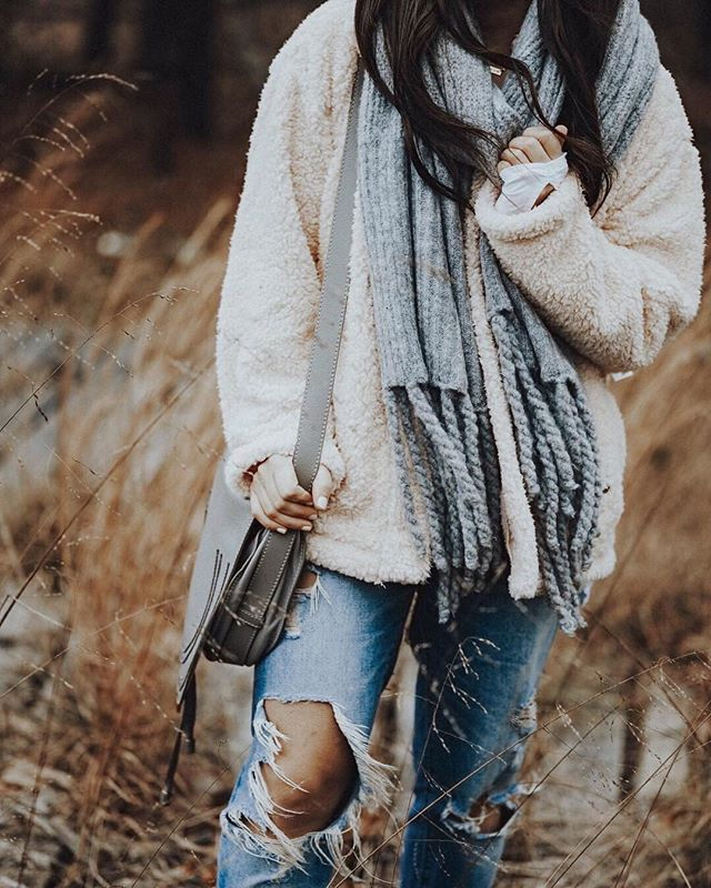 You can never go wrong with the Jaden Ribbed Fringe Blanket Scarf. 🧣❤️ #cozy #warm #scarf #outfitinspo #comfy #details 📷: @pinebarrenbeauty