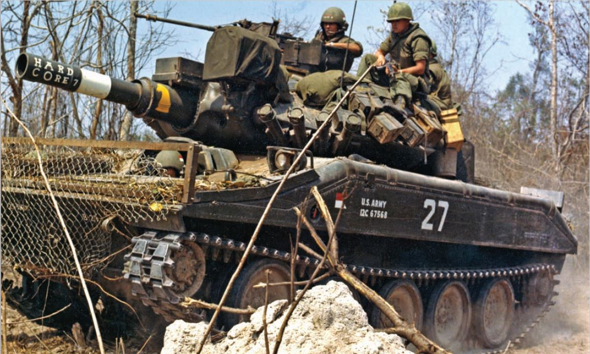 M551 SHERIDAN, ''HARD CORE 7'' B TRP, 3/4 CAV, 25TH INF DIV. US ARMY photo.