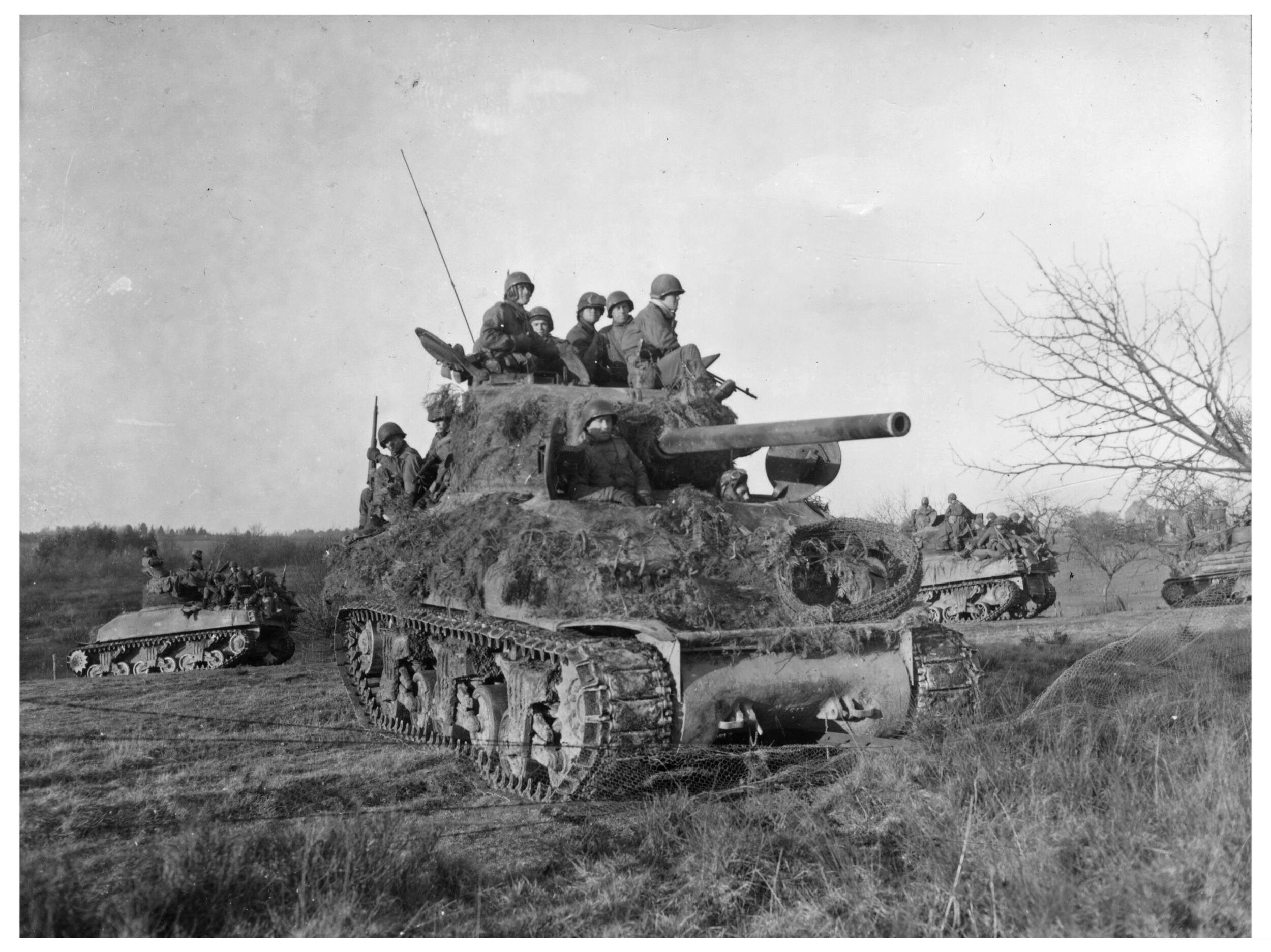 2AD M4A1 (76)W carrying troops of 291st INF RGT, 75th ID, 27 Dec 1944.SIGNAL CORPS photo # 198343.jpg
