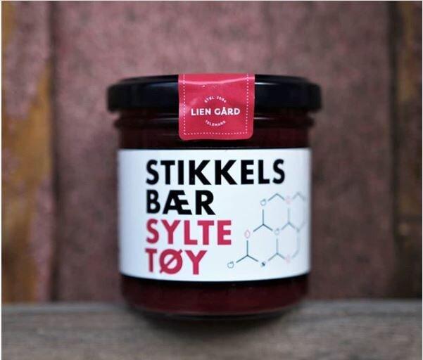 STIKKELSBÆRSYLTETØY - Stikkelsbærsyltetøyet vårt er laget på den røde sorten som heter xenia. Den plukkes for hånd når den er akkurat passe moden. Syltetøyet smaker søtt og har en syrlig ettersmak.160 g pr glass