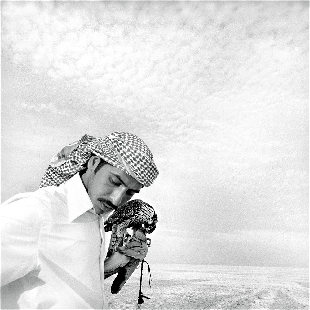 Mann med sin beste venn  av Morten Krogvold. Qatar, 2003
