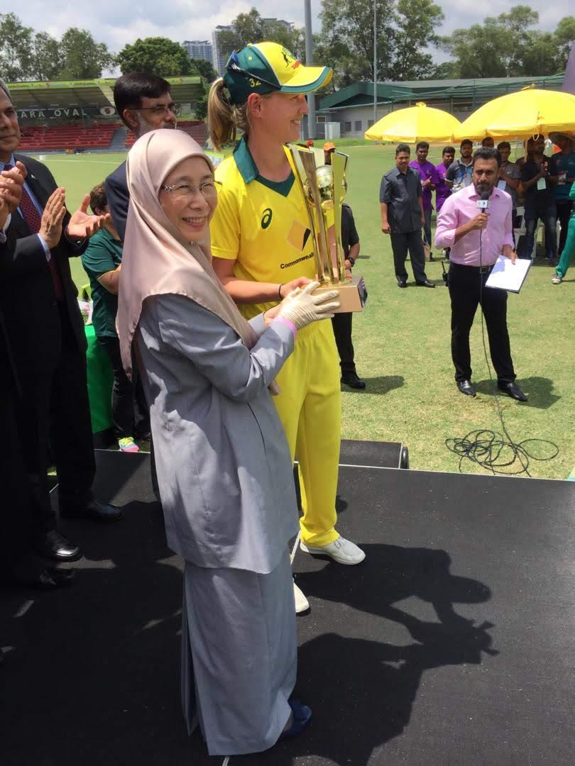 Australian captain meg lanning receives the T20 series throphy from deputy prime minister YB Seri Datin Dr. Wan Azizah