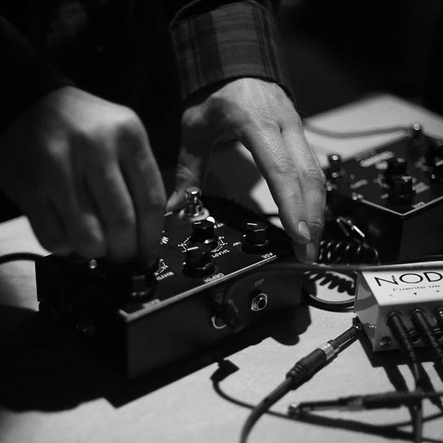 Seguimos en @mutek.ar generando sonidos electrónicos!!! 🤖 hasta las 22 #synthesizer #ringmod #tremolo #digitalsignalprocessing