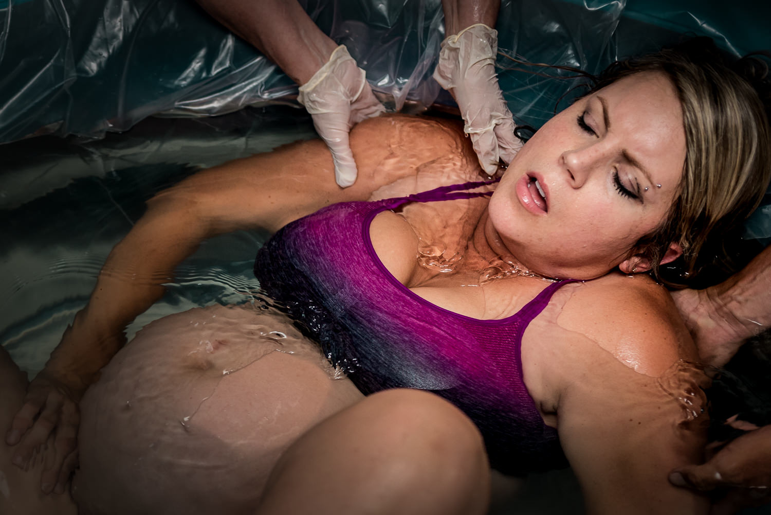 birth-photography-birth-pool-labor-pushing