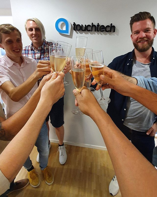 Cheers! A quick team gathering to celebrate the welcoming of a new costumer. Hi @jaschasthlm 🙌🏽
