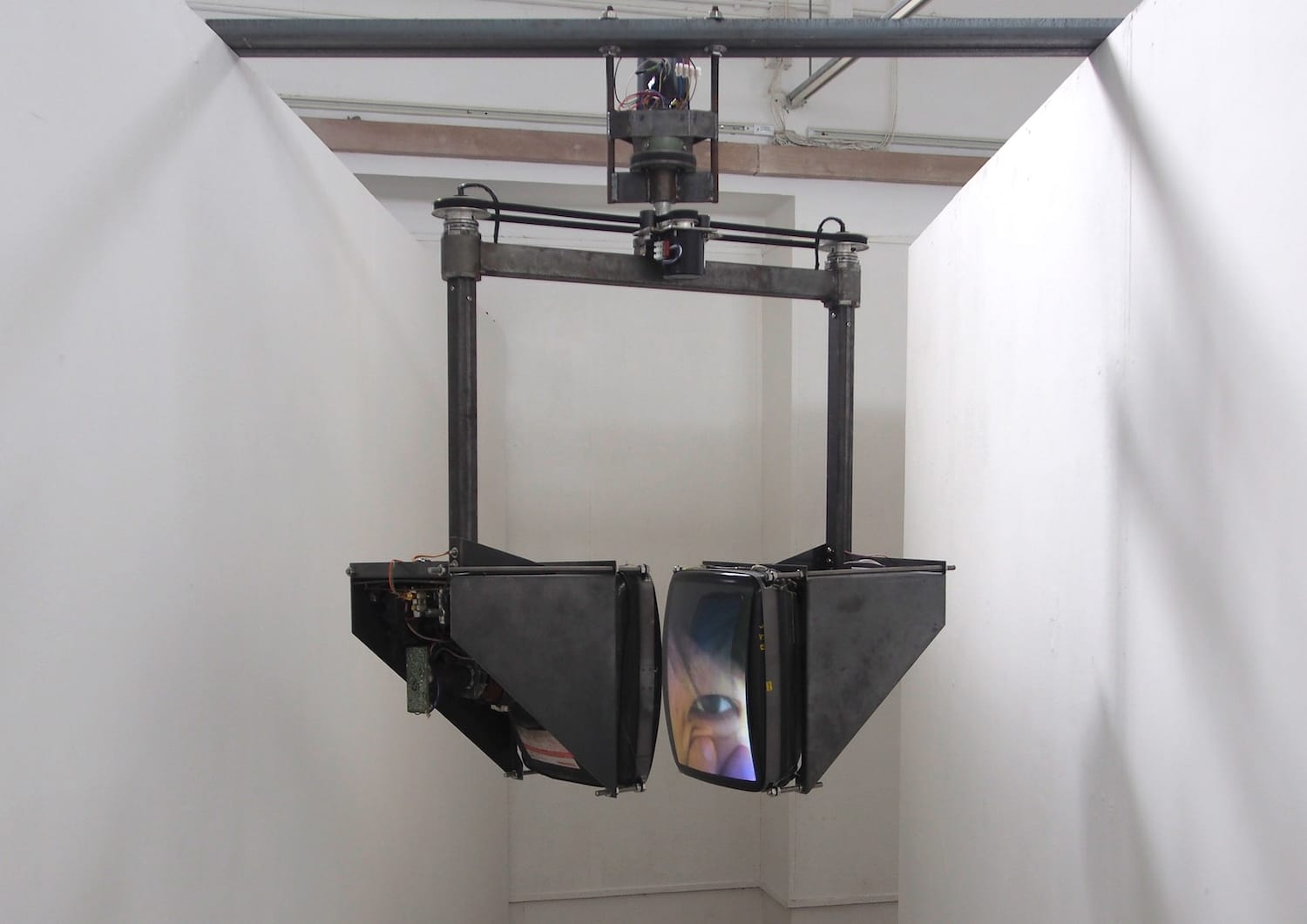 i / i   / Tung Wing Hong / Video Kinetic Installation / 2014-18
