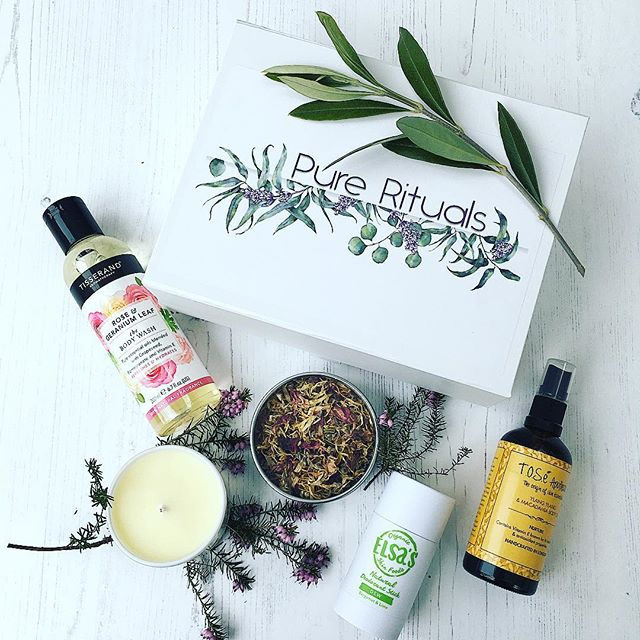 March box, full of some fantastic award winning goodies!! #elsaorganics #Tisserand and #Therosetree #beautyshortlist award winners 2018. We are also delighted to have back #toseapothecary and finally a gorgeous product from#southseabathinghut. Box contents worth at least £65, as always yours for only £30, Head over to our website and treat yourself whilst hibernating on this ⛄️ snow day 😍😍😍. . . . . #naturesbounty #greenbeauty #organicskincarelover #beautybox #ukbusinesses #plantlove #selflove #cleanbeauty #greenandcleanbeauty #veganbeauty #selfcaresunday